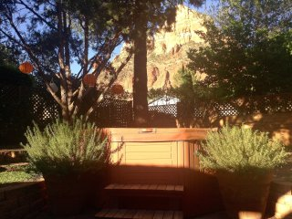Peaceful cottage with great views and hot tub close to hiking around Sedona