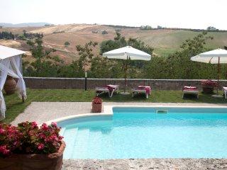 8BDR Historic villa in the  Crete Senesi walking to a village : view,pool,garden