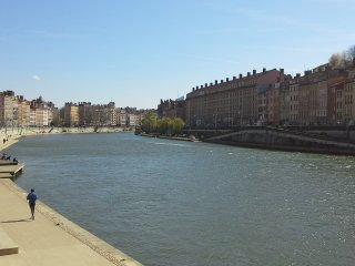 Appartement de 30m2, dans le vieux Lyon, face a la riviere Saone. Garage prive.