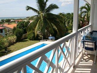 vue sur la piscine et la mer des Caraïbes