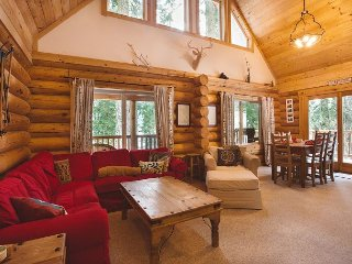 Big Wood Lodge, WI-FI, Hot Tub, Cable TV, and peak a boo views of the Lake.