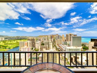 Luxury Royal Kuhio 2BR Penthouse Apartment. Amazing views, Parking, WiFi.