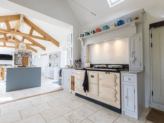 HUGE DISCOUNTS FOR AUGUST! Stunning farmhouse, huge kitchen, sleeps 12