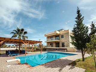 3-bdrm family Villa Mirsini with pool and privacy