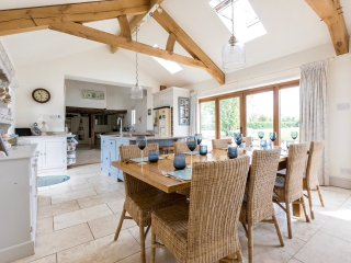 Stunning Georgian farmhouse, huge kitchen, sleeps 12