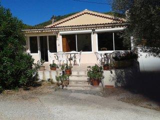 petite maison dans grand jardin avec oliviers
