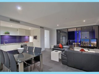 STAY IN THE HEART OF SURFERS PARADISE. GREAT OCEAN VIEWS
