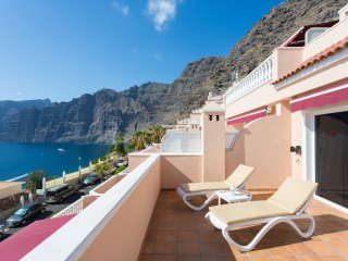 41 SUPERB SUNNY APARTMENT WITH MAGNIFICENT SEA & CLIFF VIEWS -FREE WIFI & SKY TV