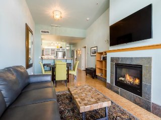 Condo with views near Lakeshore Park - shared pool & hot tub