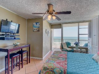 Cozy, oceanfront condo w/ private balcony, shared pool - snowbirds welcome!