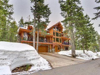 Spacious lodge retreat w/ fireplace, balcony, grill, and more!, Government Camp