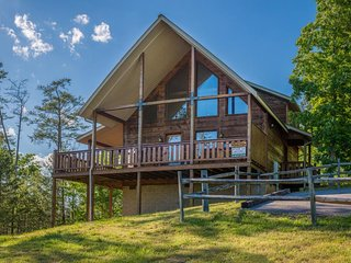 Cozy getaway w/ private hot tub, gas fireplace, & gorgeous mountain views, Sevierville