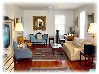 salas de estar duplos com ventiladores de teto e da janela de ar-condicionado