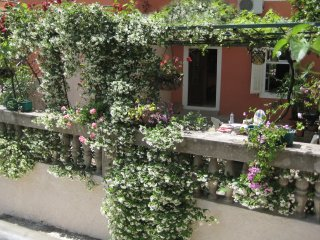 Self Contained Apartment in Charming Old Town House, just 3 mins walk from beach, Herceg-Novi