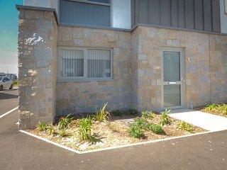 FLAT 1, ONE LUSTY GLAZE,  en-suite shower, stylish, open living plan area, Ref