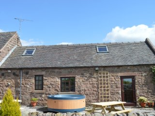 CURLEW BARN, family friendly, country holiday cottage, with hot tub in Ipstones,