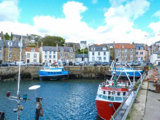 HAYLOFT, harbourside location, en-suite bathroom, in Pittenweem, Ref 924735