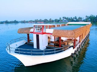Plush 8-bedroom houseboat for a large get-together