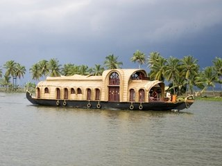 Elegant houseboat for three in Alappuzha