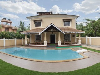 7-BR pool villa with a terrace sundeck, 200 m from Calangute Beach