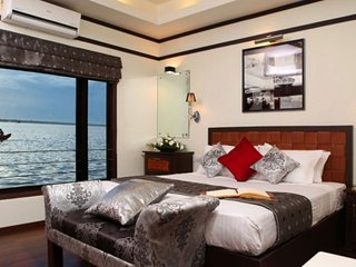 4-BR family friendly houseboat with a luxurious aura