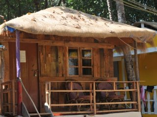 Private room in beach-facing cottage close to Patnem beach