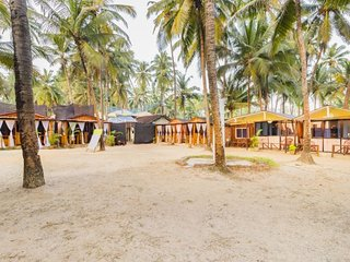 Beach-facing rustic hut, 2.2 km from Patnem beach