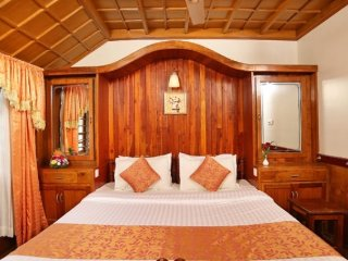 2 Stately Rooms on Luxurious Houseboat