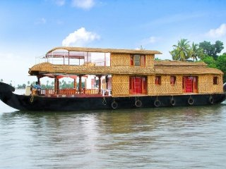 Relaxing family getaway in a 3-bedroom houseboat