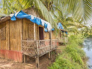 Pet-friendly bamboo hut, 1.3 km from Arambol Beach