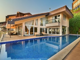 Uber luxurious 4-bedroom sea-facing villa with infinity pool