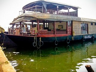 Relaxing 2-BR houseboat for a peaceful vacation