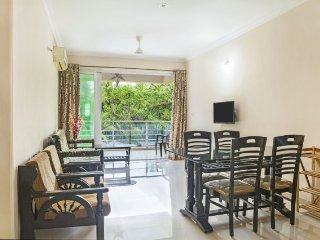 Well-furnished stay with a pool, 1.3 km from Candolim Beach