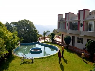 Pleasant stay for a couple, with pool and a glorious view