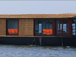 1-Bedroom Traditional Houseboat