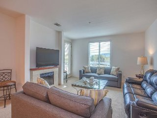 Spacious 3 Bedroom Flat w/Private Deck & Parking