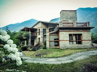 Elegant 3-bedroom cottage on the banks of Beas River