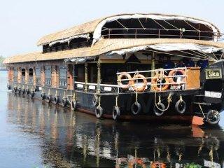 Affluent 6-bedroom houseboat in serene environs