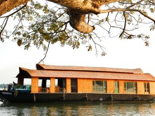 Elegant houseboat for a romantic getaway