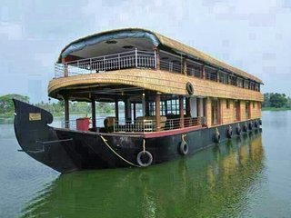 Rejuvenating group excursion in a 4-BR houseboat
