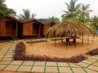 Rustic wooden cottage, 200 m from Baga Beach