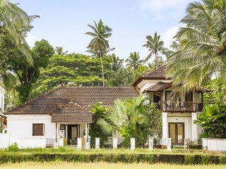 Charming vintage 4-BR pool villa, close to popular beaches