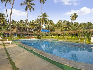 Spacious single room with a shared pool, spa, and yoga area, 800m from Morjim