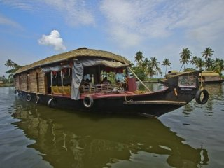 4-bedroom houseboat for a soothing family vacation
