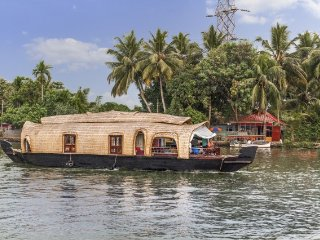 Lively 1-BR houseboat for three