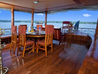 Elegant 2-BR houseboat, ideal for a refreshing vacation