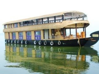 Well-furnished houseboat for a group excursion