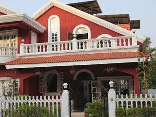 Charming shared villa for three, 500 m from Mall De Goa