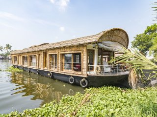 Elegant 2-BR stay on a houseboat