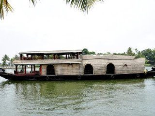 Peaceful houseboat offering for a comfortable stay